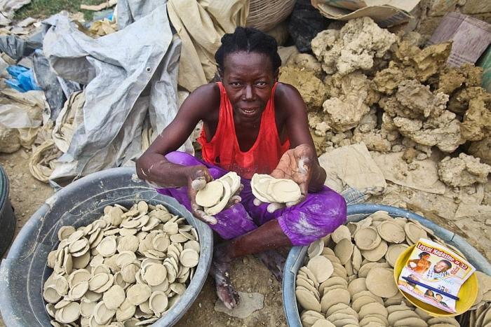 Câu chuyện buồn về những chiếc bánh bùn ở Haiti
