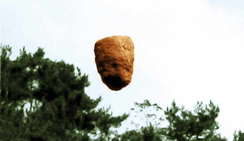 Các Lạt-ma Tây Tạng niệm chú có thể khiến tảng đá bay cao 250 mét